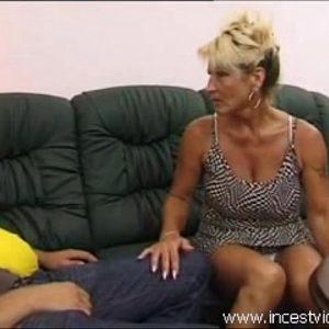 Rijpe moeder neukt stiefzoon