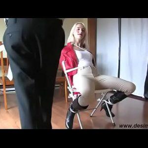 Vaste gebonden op stoel zeikt zichzelf onder