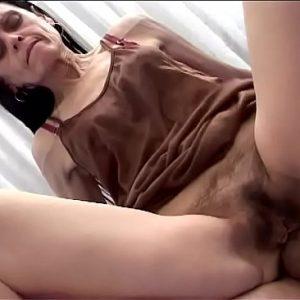 Harige oma anaal neuken