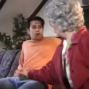 Oma betrapt neefje als hij porno kijkt