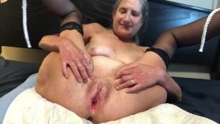 MILF laat zien wat ze kan met haar mega dildo.