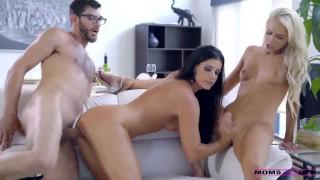 Moeder betrapt broer en zus tijdens de sex